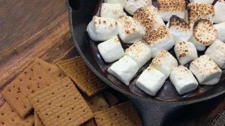 S'mores in a frying pan - 25+ Ways To Make S'mores [Smores Variations Collection]