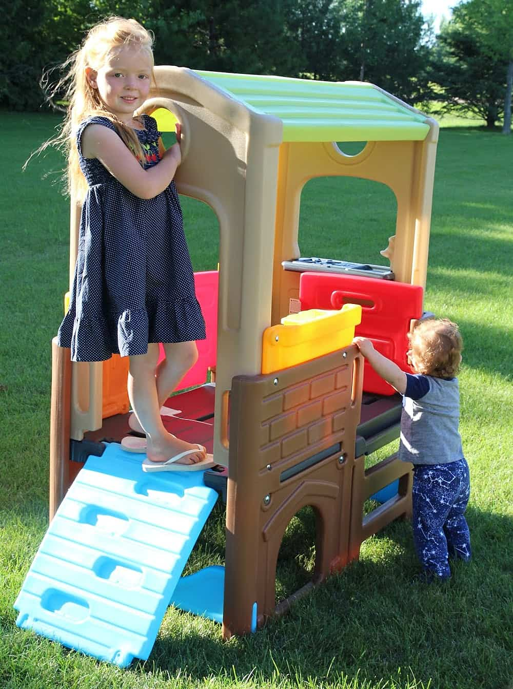 girl and toddler playing on Simplay3 Playhouse